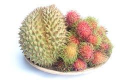 Durian und Rambutans auf weißem Hintergrund Stockfoto