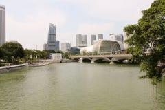Durianbyggnaden i SingaporeEsplanade - bevattna sikten Arkivfoto