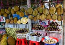 Durianfrüchte und -mangostanfrüchte am Markt Lizenzfreie Stockfotografie
