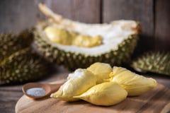 Durianfrucht in Thailand auf rustikaler hölzerner Tabelle Stockbild
