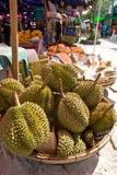 Durianfrukt på en marknadsföra Arkivbilder