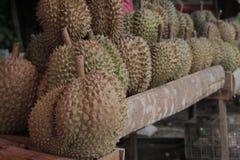 Durians da compra no mercado Imagem de Stock