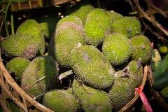 Durians i en korg Arkivfoton