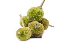 5 durians na madeira do marrom escuro Imagens de Stock Royalty Free