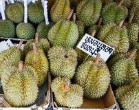 Durians på marknaden Arkivbild