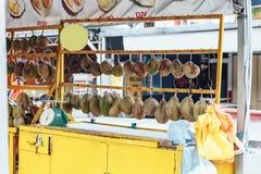Durians som är till salu på hyllan i marknaden i Kuala Lumnpur, Malaysia Arkivfoto