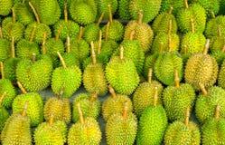 Durianvruchten op een lokale markt in Thailand worden getoond dat stock afbeeldingen