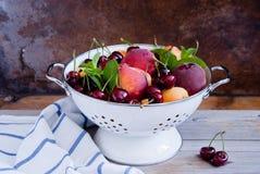 Durkslag av blandade frukter och bär Royaltyfri Foto