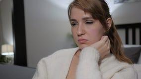 Durmiendo mujer ocasional que se sienta, cierre para arriba metrajes