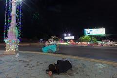 Durmiente pobre en la tierra en la noche en Sihanoukville, pobreza adentro Imágenes de archivo libres de regalías