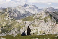 Durmitor nationalpark, Montenegro, Juli 18 2017: Det mogna paret tar ett avbrott Royaltyfri Bild