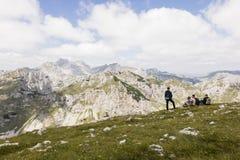 Durmitor nationalpark, Montenegro, Juli 18 2017: Fotvandrare tar ett avbrott Royaltyfria Bilder