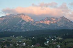 Durmitor ` s osiąga szczyt w wczesnym poranku i kolorowych chmurach nad ono zdjęcia stock