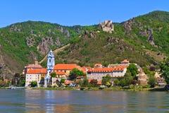 Durnstein em Danúbio (vale) de Wachau, Áustria fotografia de stock