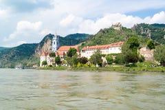 Durnstein med abbotskloster och den gamla slotten från Danube River, Wachau, A Arkivfoton