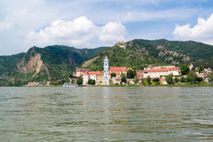 Durnstein med abbotskloster och den gamla slotten från Danube River, Wachau, A Arkivfoto