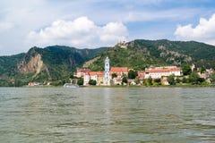Durnstein mit Abtei und altem Schloss von der Donau, Wachau, A Stockfoto