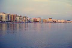 Durres, Albânia - em junho de 2018: vista do mar à cidade de Durres no mar de adriático fotos de stock