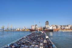 DURRES, ALBANIA - 28 DE JULIO DE 2017: Transbordador con los coches en el puerto de Durres fotos de archivo libres de regalías