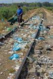 Durres, ALBANIEN, am 3. August 2009: Abfall in der vollen Natur lizenzfreie stockfotografie