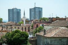 Durres-, alter und modernerhoher Bereich mit einem Minarett Stockfotos