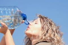 Durstige blonde Frau auf Wüste Stockfoto
