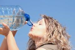Durstige blonde Frau auf Wüste Lizenzfreies Stockbild
