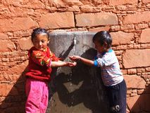 Durstige Kinder in Tibet lizenzfreies stockbild