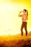 Durstige sportliche Frau Lizenzfreie Stockbilder