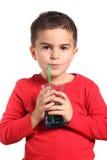 Durstiges Kind, das reines Süßwasser trinkt Lizenzfreie Stockfotos