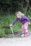 Durstiges kleines Mädchen Stockbilder