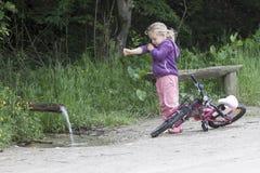 Durstiges kleines Mädchen Lizenzfreie Stockbilder