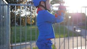 Durstlöschend, trinkt Kind Mineralwasser von der Plastikflasche am Rochen-Park stock video