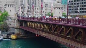 DuSable-Brücke in Chicago im Regen - CHICAGO, USA - 12. JUNI 2019 stock video