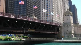 DuSable-Brücke in Chicago - CHICAGO, VEREINIGTE STAATEN - 11. JUNI 2019 stock video footage