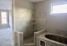 Dusch i granit- och marmorinstallation royaltyfria bilder
