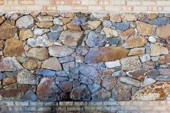 Dusch och kopplingsset i stenvägg Arkivfoto
