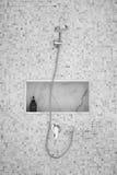 Dusch på den lilla tegelplattaväggen Arkivbilder