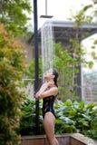 dusch som tar kvinnan Royaltyfri Foto