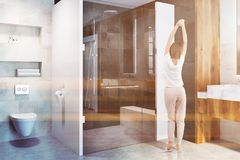 Duscha i en lyxig badruminre, kvinna Arkivbild