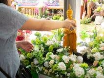 Duscha munkskulpturen, den Songkran festivalen, den Natakwan templet, rayong, thialand royaltyfria foton