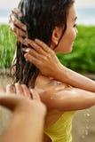 Dusche auf Strand Nahaufnahme-Frauen-waschendes Haar an der Pool-Dusche Lizenzfreie Stockfotografie