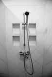 Dusche auf Wand Stockfotografie