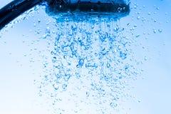 Dusche-Kopf mit fließendem Wasser Lizenzfreie Stockbilder