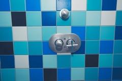 Dusche mit bunten Fliesen Stockfotos