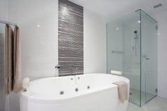 Dusche und Badewanne Stockbilder