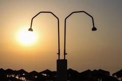 Duschen auf dem Strand Nea Vrasna, Griechenland Lizenzfreies Stockfoto