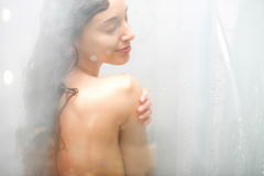 Duschen der jungen Frau lizenzfreies stockfoto