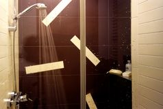Duschen förlägger Arkivfoton