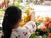Duschen Sie die M?nchskulptur, Songkran-Festival, Natakwan-Tempel, rayong, thialand stockbilder